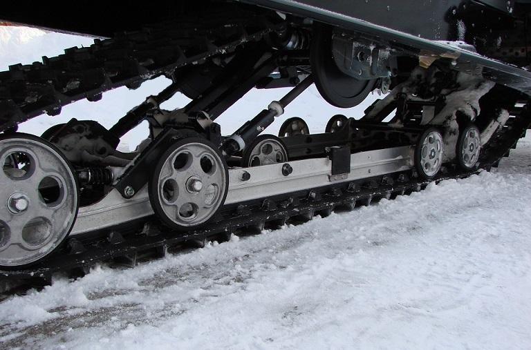 Замена гусеницы снегохода